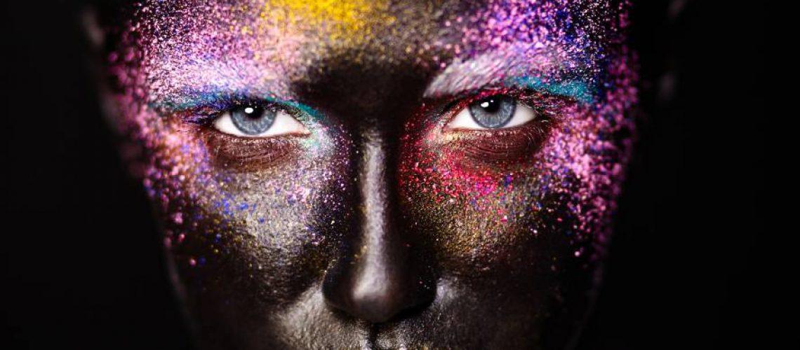אישה צבעונית